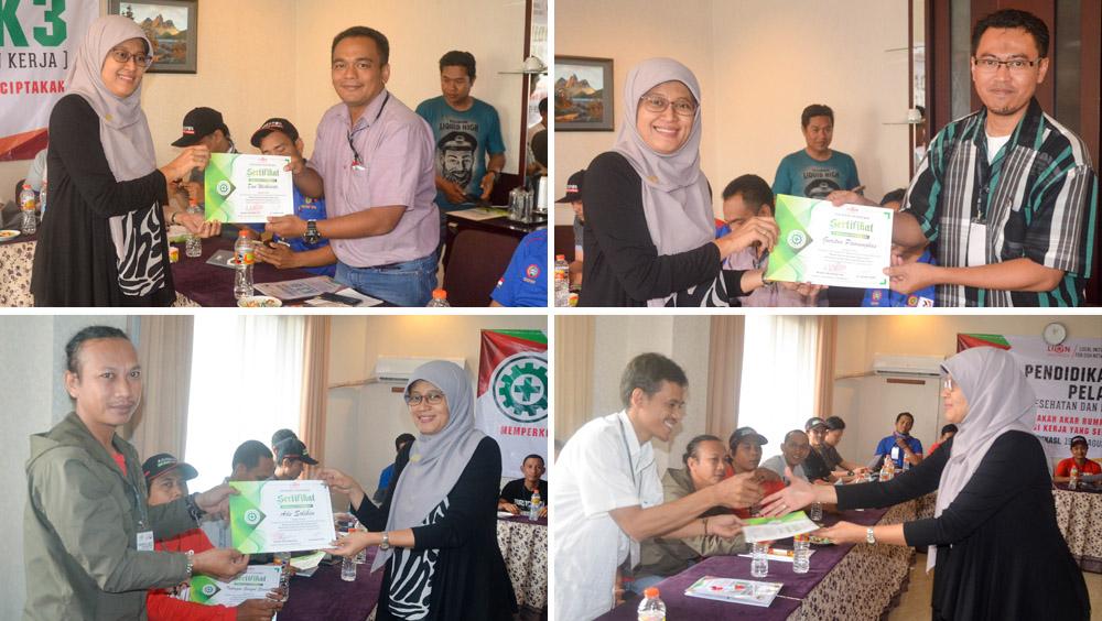 Pemberian Sertifikat Pelatihan kepada para peserta Pelatihan.